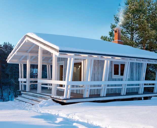 Una vista general de esta cabaña con luz de día. Hermoso diseño.
