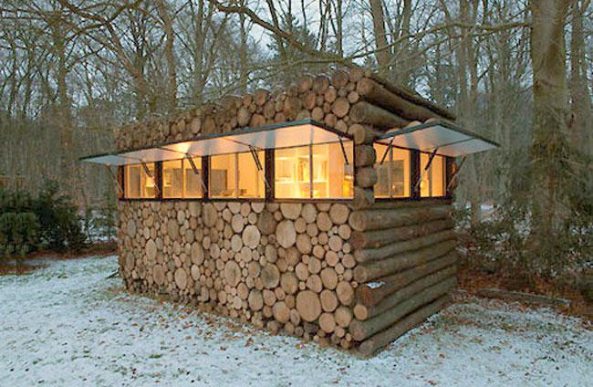 Vista exterior de esta hermosa caseta rústica de rollizos y su entorno.
