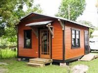 Fachada estándar de esta cabaña y sus planos con variaciones.
